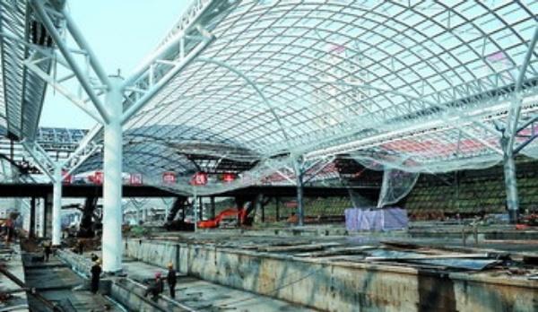5万平方米无柱风雨棚的钢结构骨架已经全部搭建完毕