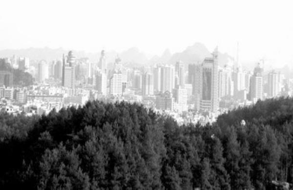 背景新闻 贵州省贵阳市是我国第一个国家森林城市,从空中俯瞰这座城市,有两条绵延数十公里的绿色长廊环绕在四周,宛如两条玉带在群山间铺绿撒翠;一泓碧水穿城而过,流淌着勃勃的生机。这就是让贵阳人备感亲切和自豪的南明河与环城森林,而贵阳市的这两条环城森林带更是全国省会城市中独有的。 两个环城林带的建设,一条母亲河的治理,贵阳市整整倾注了半个世纪的心血。早在5年前,贵阳市委、市政府提出了营造山水园林城市的目标,党的十七大召开以后,贵阳市更是将全面建设生态文明城市作为兴城大略、立市根本。 近年来,为了使来之不易