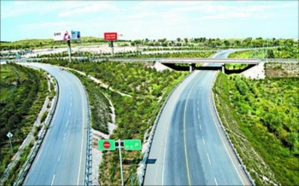 近年来,鄂尔多斯市采取多种模式规划建设了一批铁路和高等级公路,高