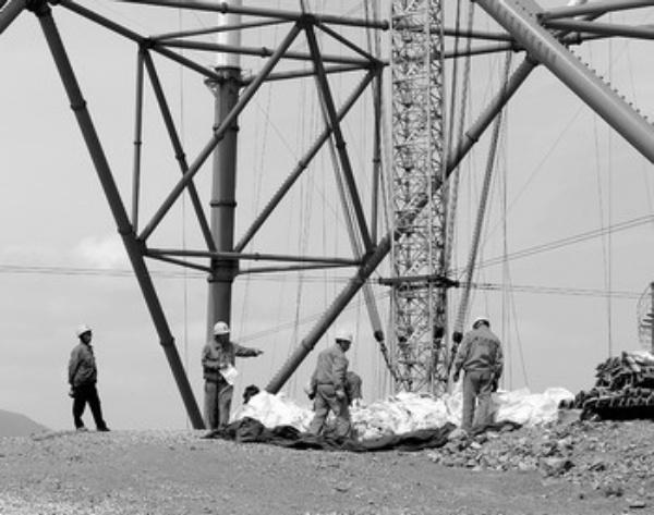 5月29日,浙江省送变电工程公司施工人员在输电塔下施工.