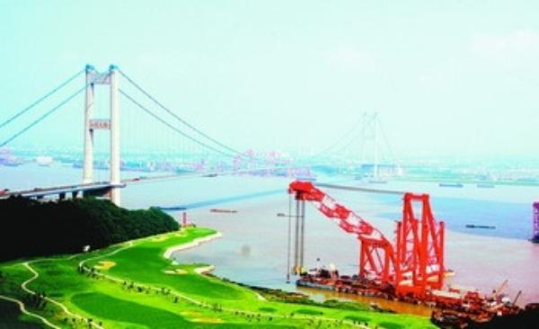 江苏省江阴市在中国县域经济基本竞争力排名中,连续7年位列第一;10家企业营业收入超100亿元,成为全国拥有超百亿元企业最多的县级市;作为苏南模式的发源地之一,入选全国18个改革开放典型地区,被誉为科学发展的先行者 置身于江阴的市区或者乡村,无时无刻都能感受到这座滨江城市的一股神奇力量这里的道路很宽,绿化很美,空气很新鲜;这里遇到的领导干部,都把民生琐事记在心里、挂在嘴边,快速的语调透着一种时不我待的紧迫感;这里的行人过客,问到谁都能张口说出人心齐、民性刚、敢攀登、创一流的江阴精神。
