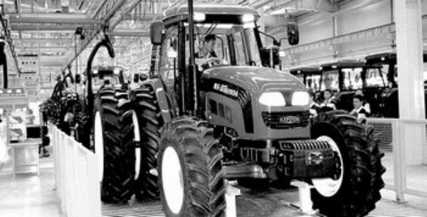 9月2日,记者在雷沃重工采访,董事长兼首席执行官王金富高兴地告诉记者,到7月底,企业销售收入已达到95亿元,实现利税与去年同期相比,翻了一番还多。本来,眼下是传统的农机、工程机械销售淡季,但前来洽谈、订购的客户络绎不绝。 雷沃重工的好形势,是山东省经济企稳回升、持续向好的真实写照。经济企稳向好,亮点越来越多,城乡群众都有切身的感受。记者采访中,高速公路上的车已经出现拥堵现象。工厂车间,田间地头,人们谈起未来的经济发展,预期都明显改善,信心显著增强。 工业快速增长 带动发展火车头 占山东经济总量一半以上的工
