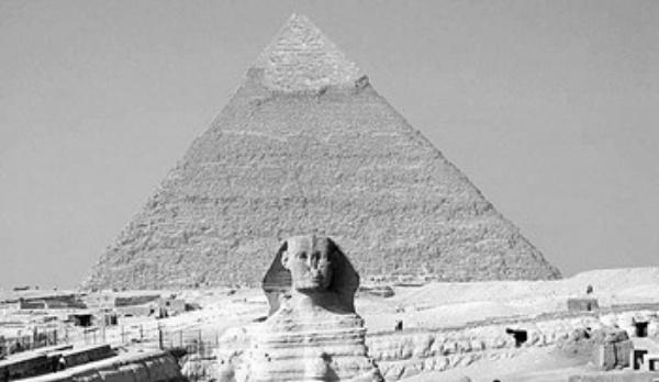 图为象征古埃及文明的吉萨金字塔和狮身人面像.
