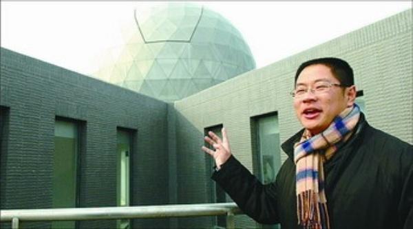 栖霞区位于南京市的东北部,依托长江干流,总面积340平方公里,人口32万。位于栖霞区的仙林大学城是南京市高校最密集的区域,拥有南京大学、南京师范大学、南京财经大学、南京邮电大学、南京中医药大学等12所大学,是一个人文、生态、青春的新市区。栖霞以仙林大学城为核心,带动周边形成服务配套圈、创新创意圈和产业发展圈,在建设学业栖霞、成业栖霞、居业栖霞的基础上,将全力打造南京副城、液晶光谷、智慧新区、和谐家园作为该区推进转型发展、创新发展、跨越发展的新定位。 所谓智慧新区,就是要最大限度挖掘仙林大学城