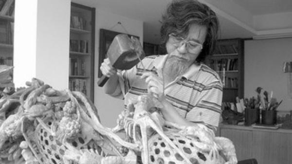 李得浓正在潜心创作潮州木雕艺术品