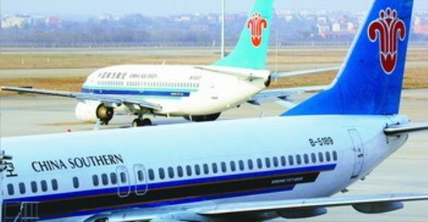 作为武汉天河机场的基地公司,南航湖北分公司大力实施战略转型,不断创新机制,取得了不俗的经营业绩。今年1至10月,该公司完成旅客运输量396万多人次,实现销售收入12亿元,同比增长19%;实现利润2.8亿元。 湖北武汉市因其便利的地理条件,为各家航空公司所看重,截至目前已有23家执飞武汉天河机场。但随着武广高铁的开通,以武汉为中心的航线经营受到了一定的影响。 为此,南航湖北分公司迅速上下联动,形成了大营销的格局,积极倡导机关为基层服务,基层为一线服务,一线为旅客服务,全员为营销服务的大营销理念。 南航