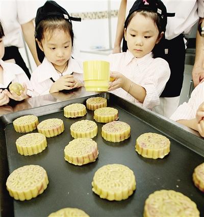 淮北市商业局幼儿园的小朋友在面点师的