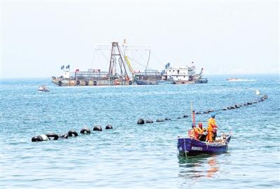9月2日,工程技术人员在监测海底电缆敷设.