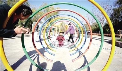 11月13日,北京顺义区新城滨河森林公园,市民在此休闲健身,尽享美景.