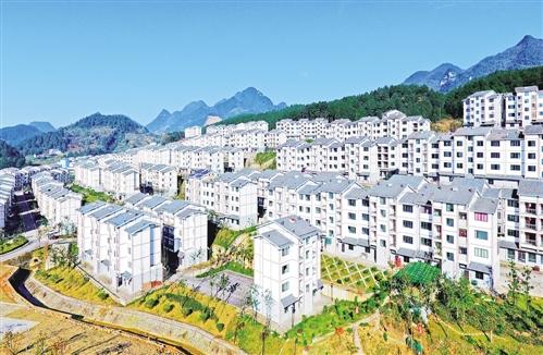 12月4日,重庆万盛经开区黑山镇高山生态扶贫搬迁新村,一栋栋错落