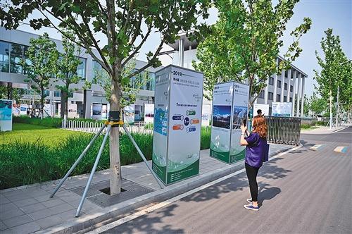 """保定市市民在參觀第十屆""""綠色發展·低碳生活""""公益展。"""
