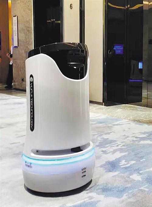 """云迹科技公司的服务机器人""""润""""(Runner)正在等电梯,这款机器人可以用于酒店客服。"""